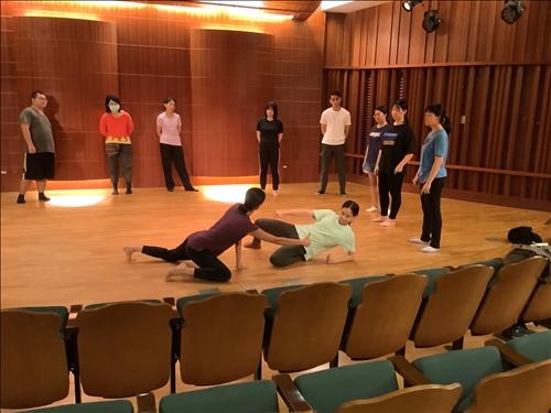 方妤婷和陳珮榕老師示範以遙控指引身體開發可能