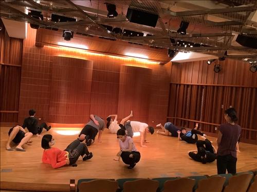 在身體接觸地板的探索中,學生思考身體的極限