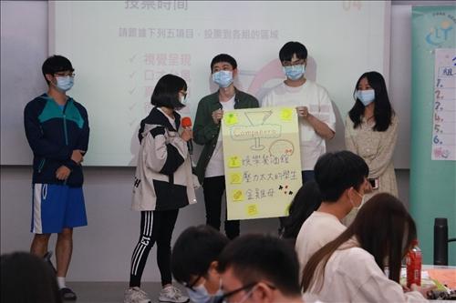 學員上台展示「開店」計畫
