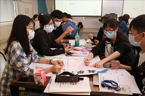 學員認真思考「教學」與「學習」的定義
