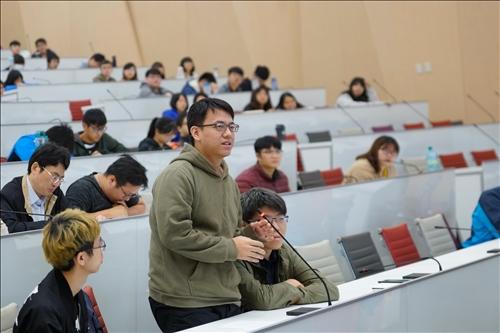 15-第15場「熊貓講座」演講會場,學生提問。(馮文星攝影)