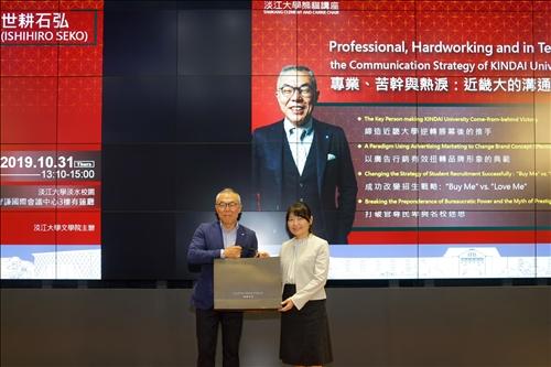 19-文學院林呈蓉院長(右)贈送世耕石弘總務部長(左)紀念品(馮文星攝影)