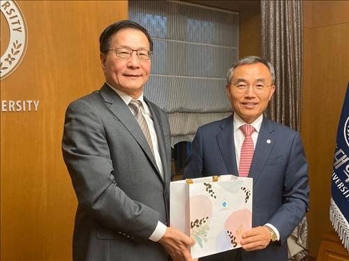 15-108年10月2日下午,葛煥昭校長訪問韓國漢陽大學,獲該校校長Dr. Kim Woo-seung致贈禮品。(國際處提供)