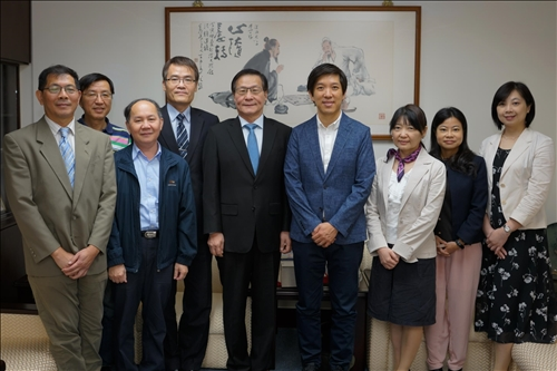 4-Mr. Dan Lin拜會葛煥昭校長,並與陪同人員一起合影。(馮文星攝影)