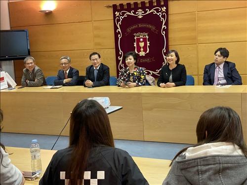 24-本校訪問團與目前在西班牙姊妹校卡斯蒂亞-拉曼恰大學進行大三生留學研習的本校學生舉行座談