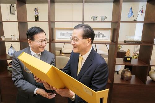 7-2-108年10月1日上午,葛煥昭校長訪問韓國慶熙大學,致贈紀念品給該校代理校長Dr. Young Guk Park。