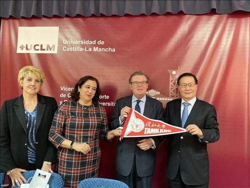 21-本校葛煥昭校長致贈交流旗幟給西班牙姊妹校卡斯蒂亞-拉曼恰大學Miguel Ángel Collado Yurrita校長