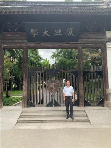 4-葛煥昭校長攝於上海復旦大學