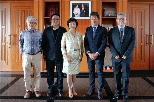 7-張家宜董事長(左)與安達千波矢教授(右),以及陪同人員在熊貓講座基金捐款人張建邦創辦人暨張姜文錙榮譽董事長伉儷照片前合影。(馮文星攝影)