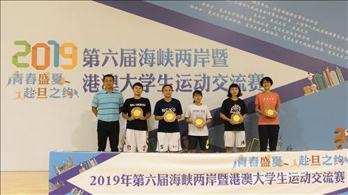 1-108年8月14日頒獎典禮,本校女子籃球隊榮獲第4名,由隊長土木系三陳琳惠代表受獎(左2)。