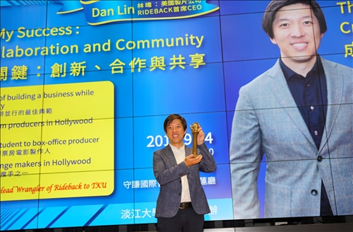 17-Mr. Dan Lin 高舉代表「熊貓講座」榮耀精神的獎座。(馮文星攝影)
