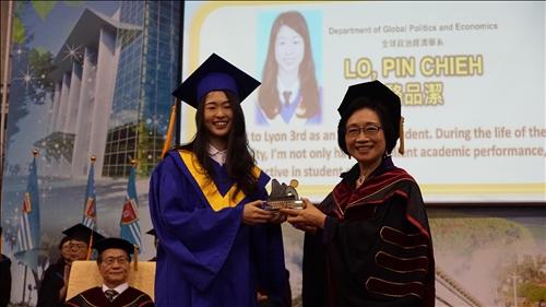 全國首創全英語畢業典禮,頒發畢業奬有如奧斯卡
