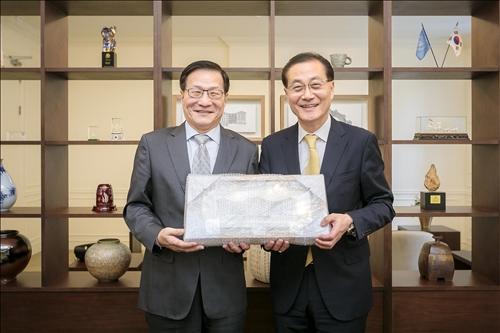 8-韓國慶熙大學代理校長Dr. Young Guk Park致贈紀念品給本校葛煥昭校長