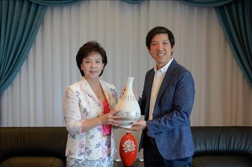 7-108年9月24日上午Mr. Dan Lin拜會張家宜董事長,董事長致贈其印有淡水校園宮燈美景的陶瓷花瓶。(馮文星攝影)