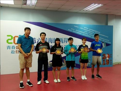 18-108年8月14日頒獎典禮,本校桌球隊獲得第6名,由隊員航太系一徐昊代表受獎(左三)。