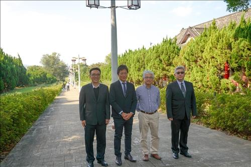 4-參觀淡水校園-宮燈教室,安達千波矢教授與陪同人員合影。(馮文星攝影)