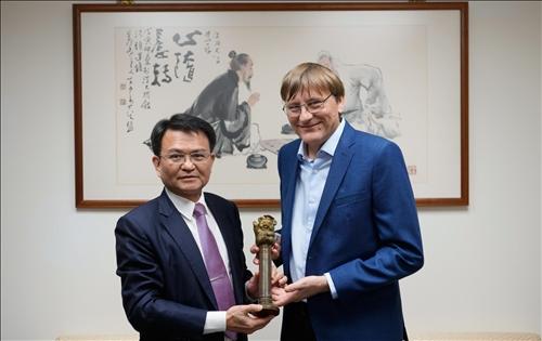 1-108年11月19日上午Dr. Benoit Pertame (右)拜會校長室,由何啟東學術副校長(左)代表接見(左),並致贈代表「熊貓講座」榮譽的銅雕獎座。(馮文星攝影)