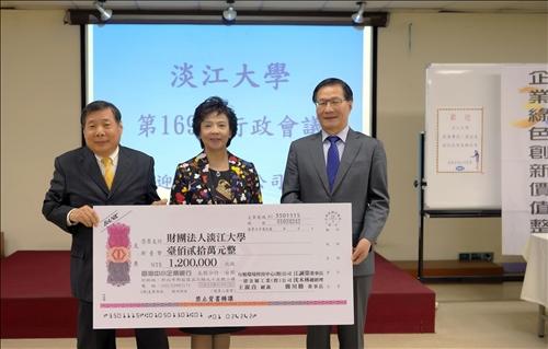 校友共同捐贈新台幣120萬元獎學金,其中之一為台旭環境科技公司江誠榮董事長(左,航太系校友),由張家宜董事長(中)及葛煥昭校長(右)代表受贈。