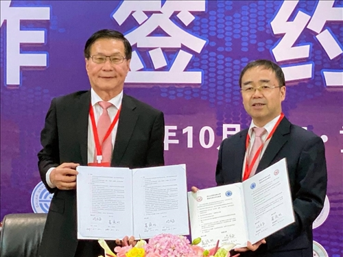 本校葛煥昭校長(左)與大陸重慶大學張宗益校長(右)簽約締結為姊妹校