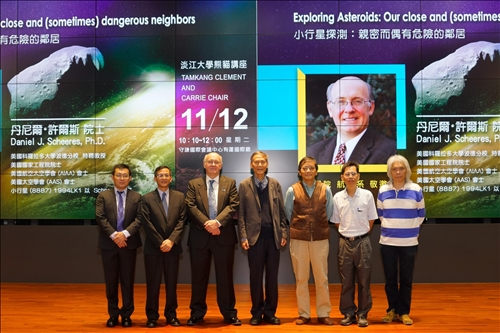 20-Dr. Daniel J. Scheeres (中)與本校航太系教師在淡水校園守謙國際會議中心有蓮廳合影。(馮文星攝影)