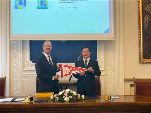 35-本校葛煥昭校長致贈交流旗幟給波蘭姊妹校華沙大學校長