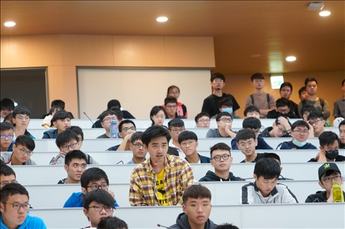17-第16場「熊貓講座」演講會場,學生提問。(馮文星攝影)