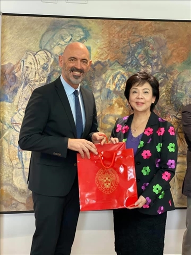 8-西班牙馬德里大學Joaquín Goyache Goñi  校長致贈紀念品給本校張家宜董事長