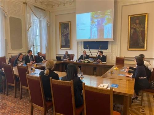 38-本校訪問團與波蘭姊妹校華沙大學舉行座談會
