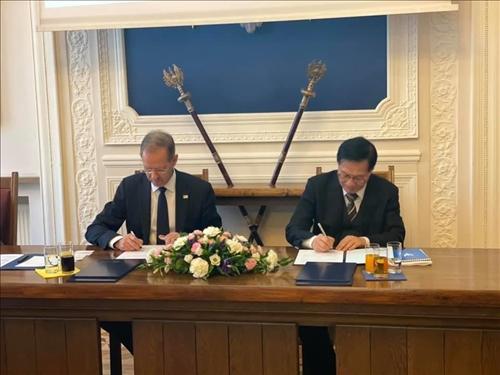 34-本校葛煥昭校長與波蘭姊妹校華沙大學校長續約交流合作