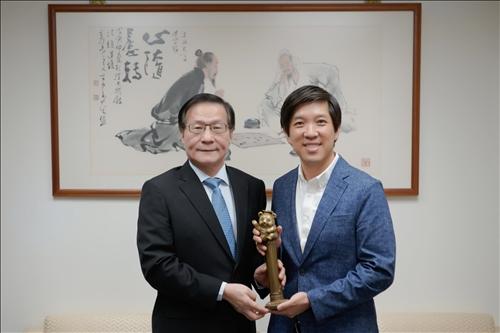 108年9月24日上午Mr. Dan Lin拜會本校葛煥昭校長,由校長致贈「熊貓獎座」。(馮文星攝影)