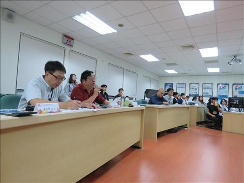 評審針對創業團隊簡報內容進行提問