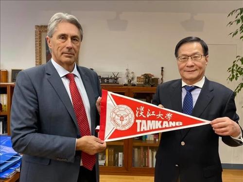 13-本校葛煥昭校長致贈交流旗幟給阿爾卡拉大學José Vicente Sa校長