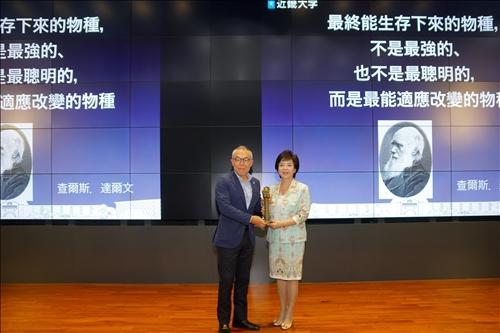 18-本校張家宜董事長(右)贈送世耕石弘總務部長(左)代表「熊貓講座」榮譽的銅雕獎座(馮文星攝影)