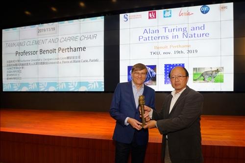 理學院施增廉院長(右)贈送Dr. Benoit Pertame (左)代表「熊貓講座」榮譽的銅雕獎座(馮文星攝影)
