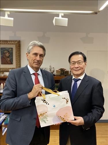15-本校葛煥昭校長致贈茶葉禮盒給西班牙姊妹校阿爾卡拉大學José Vicente Sa校長