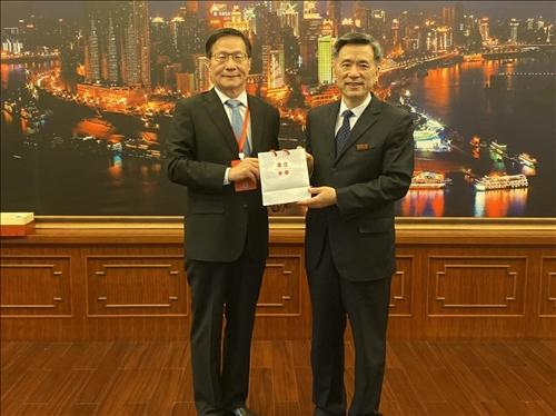 5-本校葛煥昭校長(左)致贈禮品給重慶大學周旬黨委書記(右)