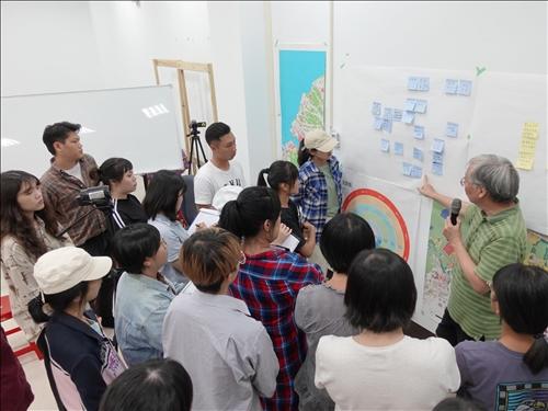9-黃瑞茂老師帶領學生進行腦力激盪
