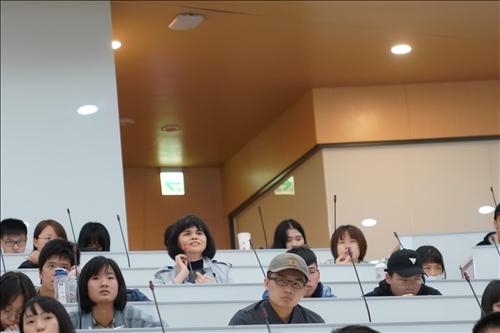 18-第17場「熊貓講座」演講會場,學生提問。(馮文星攝影)