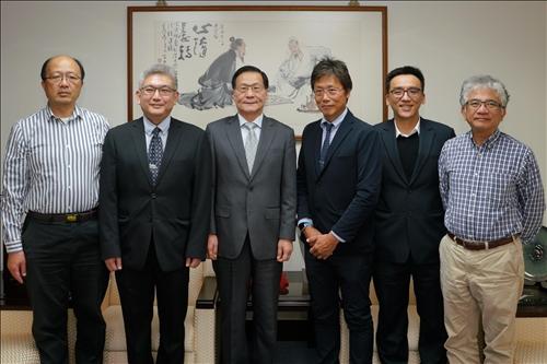 3-安達千波矢教授拜會校長,並與陪同人員合影。(馮文星攝影)