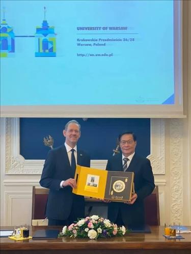 36-本校葛煥昭校長致贈紀念品給波蘭姊妹校華沙大學校長