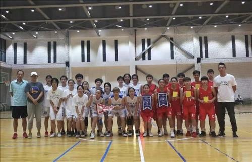 12-本校女籃隊與復旦大學女籃隊賽前交換禮物並合影。
