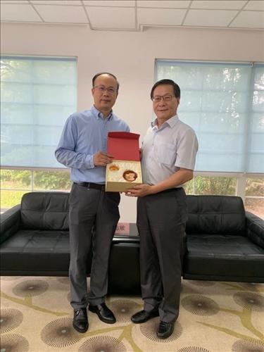 6-上海復旦大學陳志敏副校長(左)致贈紀念品給本校葛煥昭校長(右)