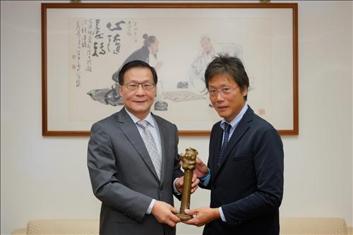 1-108年11月6日上午安達千波矢教授(右)拜會本校葛煥昭校長(左),校長致贈代表「熊貓講座」榮譽的銅雕獎座。(馮文星攝影)