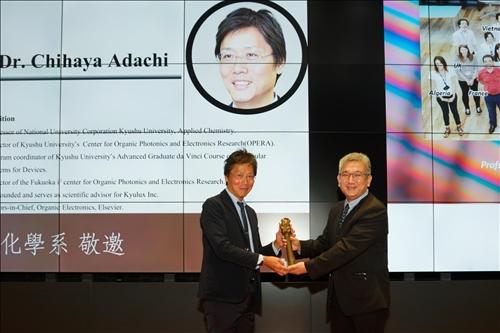 20-化學系陳曜鴻主任(右)贈送安達千波矢教授(左)代表「熊貓講座」榮譽的銅雕獎座(馮文星攝影)