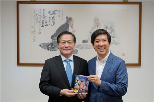3-Mr. Dan Lin將其所製作的迪士尼真人版《阿拉丁》(Aladdin)電影原版DVD,贈送給葛煥昭校長。(馮文星攝影)