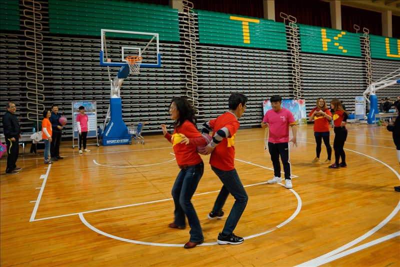 校友共組11對參加趣味競賽,比賽熱鬧又有趣。(馮文星拍攝)