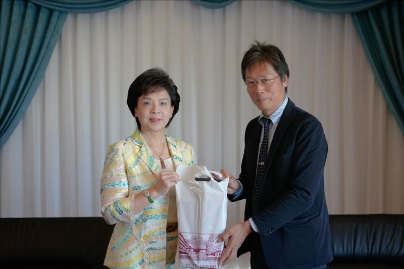 6-安達千波矢教授(右)贈送張家宜董事長(左)禮品。(馮文星攝影)