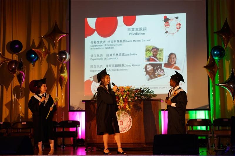 畢業生代表致詞,現場充滿溫馨與感恩的氣氛。