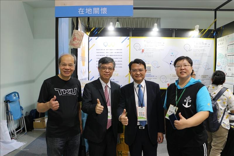 教育部政務次長劉孟奇(左二)親自到本校展示攤位了解「淡水好生活永續生活圈營造計畫」。(攝影/淡江時報社林薏婷)