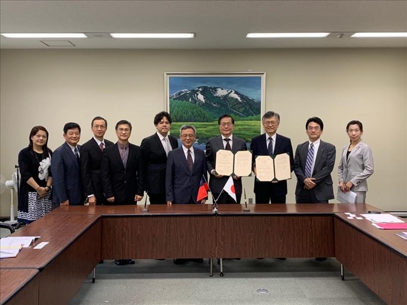 本校與日本姊妹校麗澤大學人員於簽約後合影。